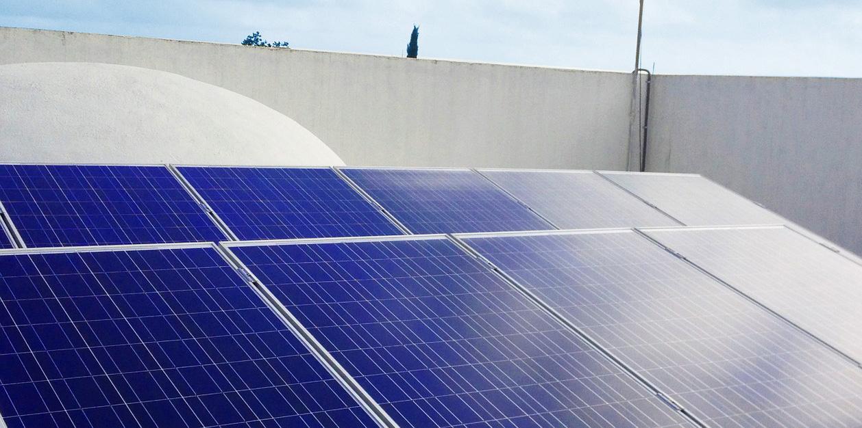 Solarzellen auf einem Dach. Thema: Nachhaltigkeit im Bauwesen