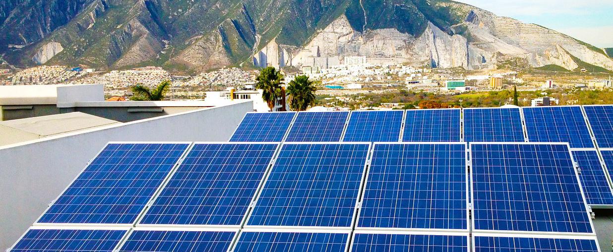 Solarzellen vor Bergen; Thema: Ökologisch Bauen