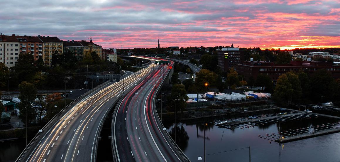 Vielbefahrene Straße in einer Großstadt