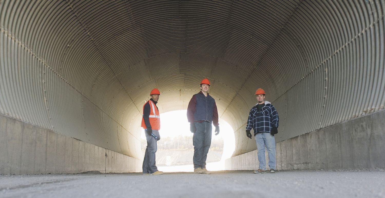 Mitarbeiter eines Bauprojekts in einem Tunnel